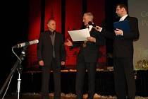Ředitel domova seniorů v Pelhřimově Josef Scháněl (vlevo) přebírá symbolický šek od starosty Leopolda Bambuly (uprostřed)