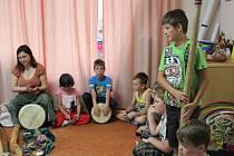 Hudebnice a muzikoterapeutka Kateřina Paclíková ve středu navštívila děti na příměstském táboře v Pelhřimově.