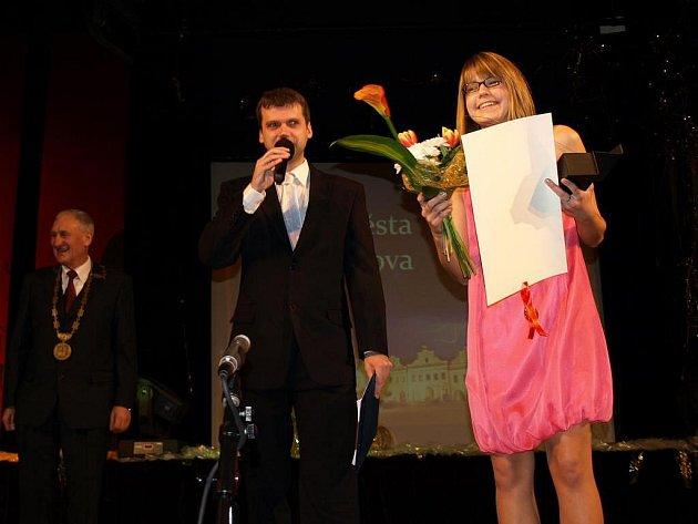 Cenu města si Zdislava Šrůtková převzala v sobotu na slavnostním večeru v pelhřimovském kulturním domě Máj. Na snímku je  s moderátorem večera Martinem Váňou.