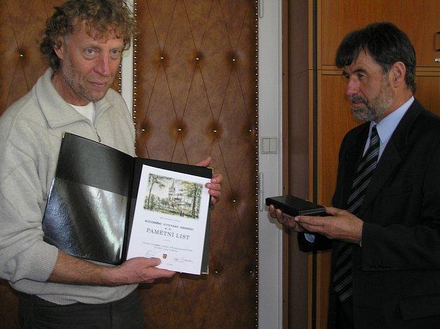 Stanislav Bernard přebírá z rukou starosty města Humpolce Jiřího Kučery, další ocenění pro svou firmu.