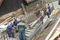 V Pošné opravují opěrnou zeď