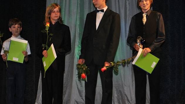 Marek Zmeškal (vpravo) přebírá ocenění, které zahrnuje i desetiměsíční stipendium.