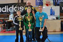 Pohár za vítězství v ligovém turnaji převzal za TKD Lacek Ondřej Janík (uprostřed).