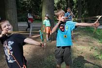 První turnusy prázdninových dětských táborů vrcholí a platí to i pro účastníky tábora na řece Želivce pod sedlickou přehradou.