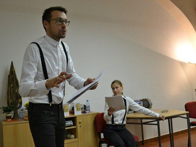Lukáš Hejlík a Lenka Janíková předvedli skvělé herecké výkony.  A to navíc po celou dobu stíhali sledovat text knihy, který měli v rukách.