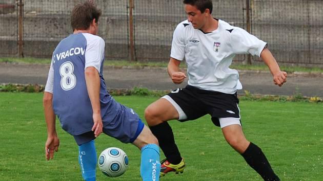 Před týdnem si Pelhřimov poradil s Vracovem (na snímku vpravo je Tomáš Nebeský). Určitě by se nikdo na Vysočině nezlobil, kdyby dal čtyři góly i Bohunicím.