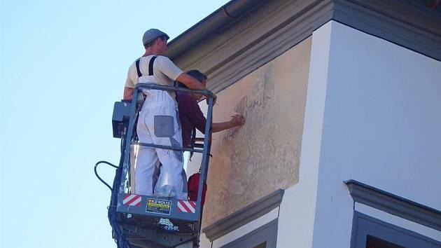 Freska na arkýři Šrejnarovského domu v Pelhřimově je opět jako nová.