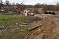 Stavební práce se odehrávají u výpustě (jak stojí jeřáb) a v místě nouzového přelivu (vpravo).