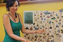 Lovení perel se na dětském oddělení pelhřimovské knihovny stalo hitem letošního roku. Dosud ulovené perly ukazuje na snímku knihovnice Lenka Havlová.