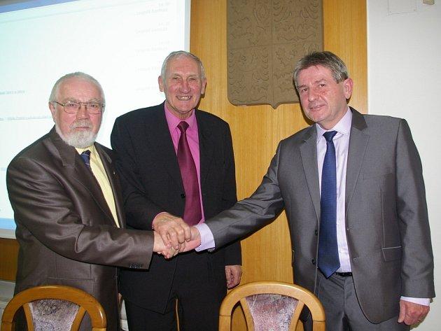 Ladislav Med (vpravo) doplní starostu Leopolda Bambulu (uprostřed) a místostarostu Pavla Pípala.