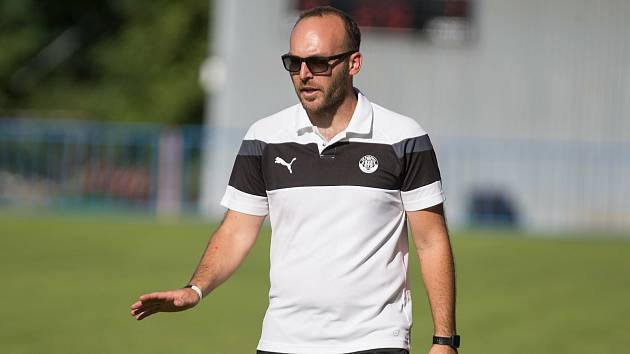 Kouč pelhřimovských fotbalistů Pavel Regásek je rád, že mladíci zvedají konkurenci v týmu.