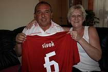 O reprezentační dres se Sivokovou šestkou je podle jeho rodičů Jana a Marie mezi fanoušky zájem. I oni sami v něm synovi drží palce.