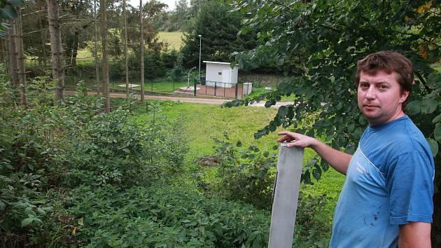 Starosta Ježova Martin Červenka na okraji pozemku, okolo něhož se teď vede spor. Na dohled je nedávno dokončená obecní čistička odpadních vod.