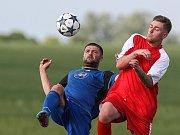 Dělba bodů více vyhovuje košetickým fotbalistům (v červeném), Přibyslav musí doufat v jejich zaváhání.