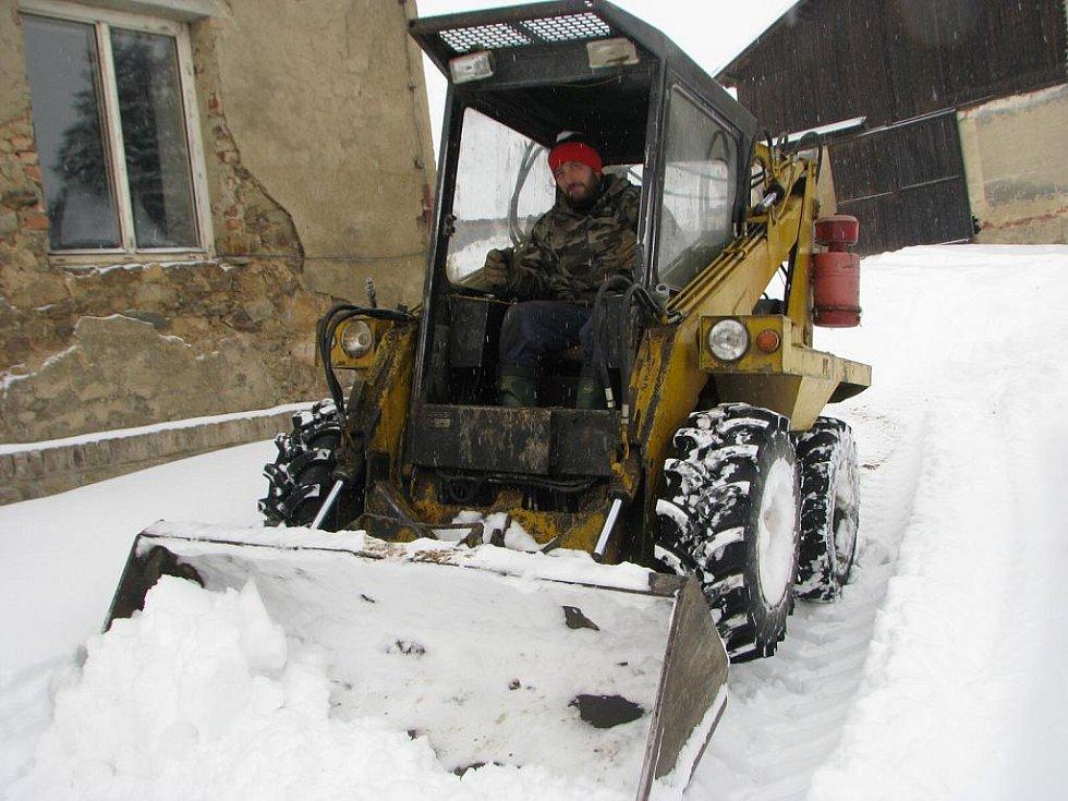 Václav Růžička startoval shrnovací stroj také v pondělí ráno.
