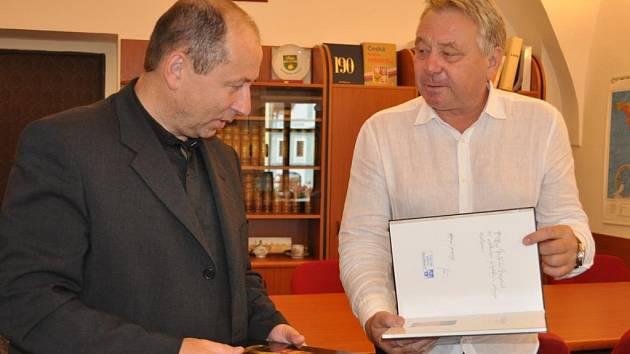Jaromíru Stehlíkovi předal knihu na památku starosta města František Kučera .