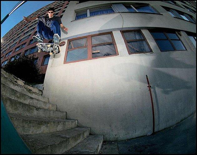 Na humpolecký Skate contest session se v sobotu chystá i přední český jezdec Jakub Konečný. Na snímku zdolává schody trikem Nollie Heelflip.