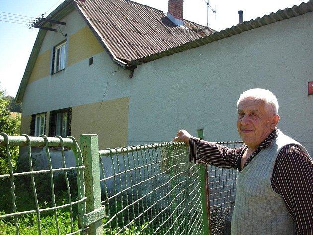 Soused Stanislava Uherky ukazuje, kudy se starý muž dostal ven. Okno sice není vysoko nad zemí, ale pro člověka, který chodí za pomoci francouzské hole, to nebylo nijak lehké.