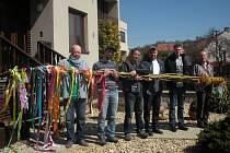 Komisaři pelhřimovské agentury Dobrý den dnes zavítají do Silůvek na Brněnsku, kde budou sledovat pokus o upletení nejdelší klasické pomlázky z osmi prutů. Mladíci ze Silůvek se o rekord pokusili již vloni.