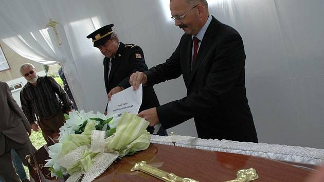 První, a na dlouhou dobu zřejmě i poslední krematorium stojí od včerejška u Kulturního domu Máj v Pelhřimově. V sobotu se v něm má uskutečnit slavnostní kremace.