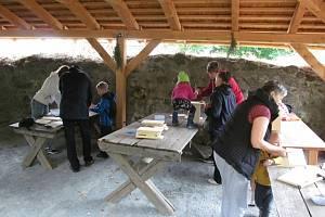 Na zřícenině hradu Orlík budou zájemci opět vyrábět budky.