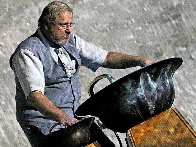 Vodnářský zvon a Společná věc. Tak zněl celý název mystického koncertu, který se konal ve středu večer v pelhřimovském Městském divadle. Na vodnářský zvon zahrál umělec Tomáš Pfeiffer.