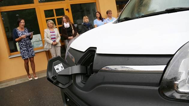 Domov pro seniory Pelhřimov má nový elektromobil.