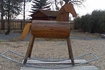 Rekordní houpací kůň vznikl podle nápadu MVDr. Jiřího Návary z Tábora a do budoucna se stane maskotem vznikajícího penziónu, který bude otevřen v příštím roce a bude se stalově jmenovat rovněž Houpací kůň (samota kousek od Tábora).