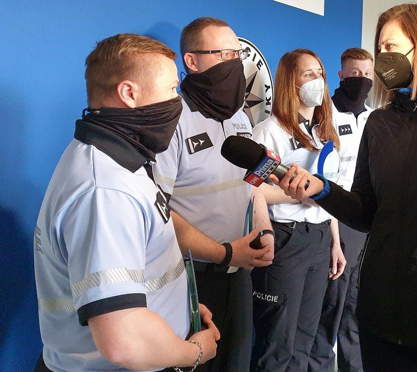 Všech pět policistů - Tomáše Mareše, Martina Musila, Stanislava Krause, Tomáše Větrovského a Veroniku Hejskovou přijal krajský policejní ředitel Miloš Trojánek, aby ocenil jejich profesionální zákrok.