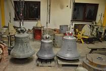 Tři zvony, které se vrátí do kostela svatého Jiří ve Věžné.