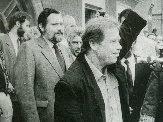 Chaloupek byl mj. jediným profesionálním fotografem, který v roce 1991 dokumentoval návštěvu tehdejšího prezidenta Havla v Pelhřimově (na snímcích s tehdejším starostou města Janem Tomáškem a svým kancléřem Karlem Schwarzenbergem).