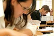 Studenti Střední průmyslové školy a středního učiliště v Pelhřimově při psaní testu z češtiny v rámci státní části maturit.