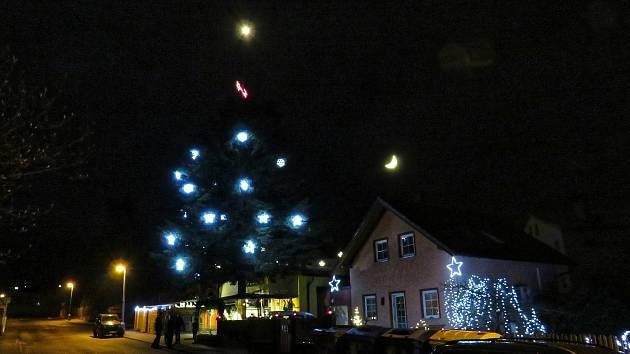 V Pelhřimově mají hned dva vánoční stromy i betlémy. V ulici J. Pujmana