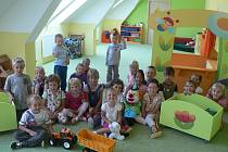 Půdní prostory Mateřské školy Pod Náspem v Pelhřimově začaly ve čtvrtek poprvé po roční rekonstrukci sloužit dětem.