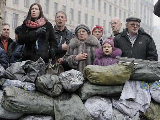 Krize na Ukrajině trvá už od podzimu. Demonstrati protestují proti vládě, která odmítla podepsat asociační dohodu s EU.