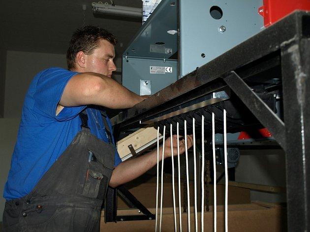 Stavba pelhřimovské kuželny trvala necelý rok. Pracovníci odborné kyjovské firmy v těchto dnech dokončují montáž dráhové technologie, na svém místě jsou i stavěče kuželek.