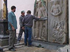 Jan Vodáček pracuje na obnově osmi kamenických epitafů o rozměrech 103 x 213 centimetrů.