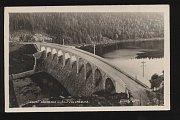 Historická pohlednice zachycuje nádrž z pohledu od Sedlice.
