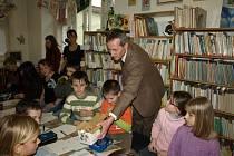 Děti se v knihovně setkaly s Karlem Čapkem i Pohádkovým pošťákem.