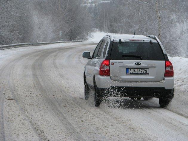 Silnice, zejména nižších tříd jsou pokryty vrstvou uježděného sněhu.