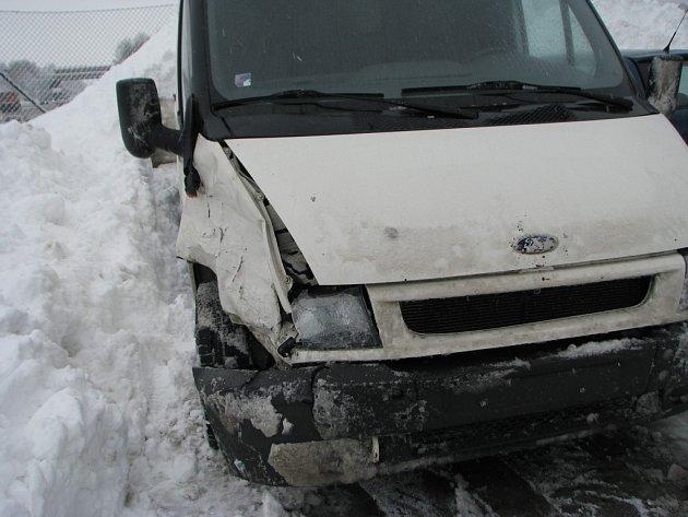 Úterní nehoda na dálnici D1, na 85. kilometru ve směru na Prahu, se obešla bez zranění. Odnesly to plechy a světla na obou autech. O odstranění poškozených vozidel se postarala firma Pretol.