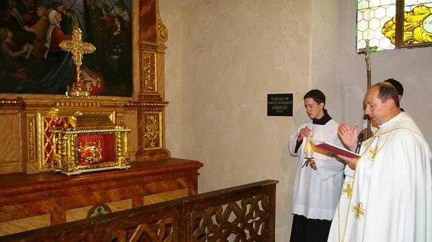 Dvě restaurované cennosti na Křemešníku před nedělní bohoslužbou posvětil pelhřimovský vikář Jaromír Stehlík.