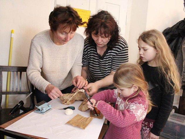 Na jarmarkovém tvoření pomáhaly i děti.