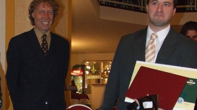 Majitel Cafe baru Retro z Mutěnic na předávání nepřijel, cenu za nejlepší restauraci roku z rukou Stanislava Bernarda převzal obchodní reprezentant oblasti jižní Morava.
