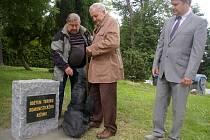Před počáteckým hřbitovem odhalili pomník lidem z Počátecka, kteří trpěli za minulého režimu. Iniciátorem byl zastupitel Jan Třebický (vlevo), který s sebou přivedl 83letého Jana Janů (uprostřed) z Leskovce.