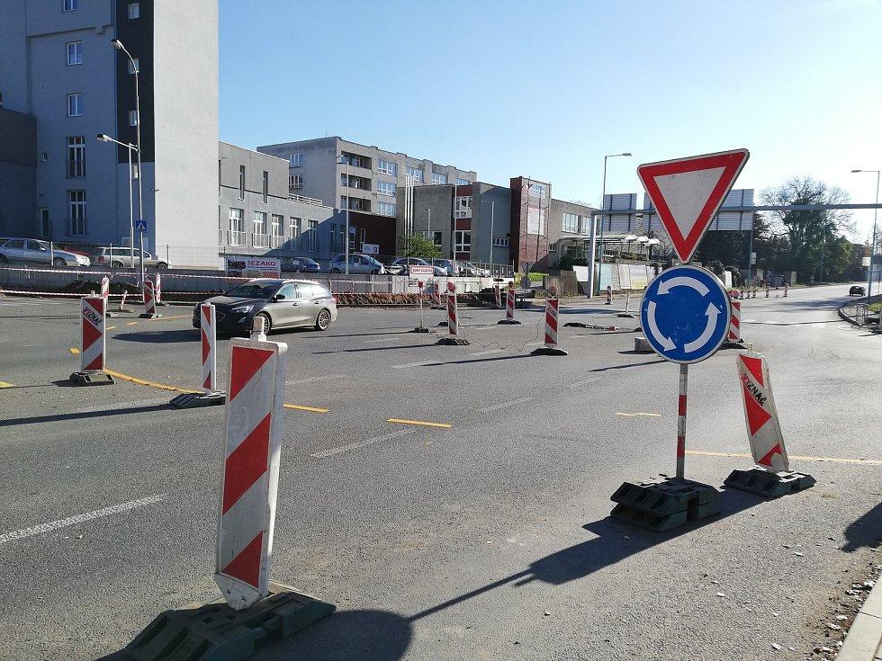 Na rozkopané křižovatce u pelhřimovské nemocnice dělníci vyměňují semafory.