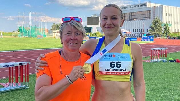 Dorota Skřivanová s trenérkou Martinou Blažkovou a zlatou medailí na mistrovství republiky v sedmiboji v Třebíči. Foto poskytla Dorota Skřivanová