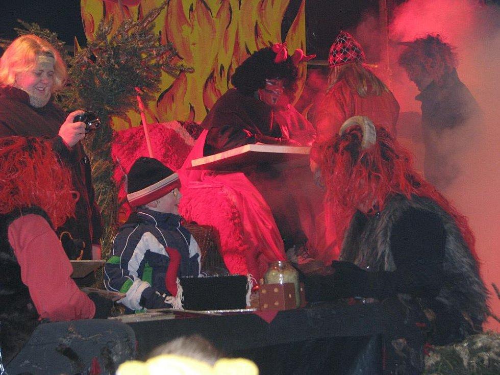 Tradiční mikulášká nadílka opět zaplnila senožatskou náves davy s širokého okolí.