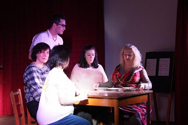 Komediální představení diváky v Rodinově pobavilo.