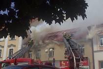 Dvanácti jednotkám hasičů se nedělní požár domu v Humpolci podařilo uhasit v jedenáct hodin večer.